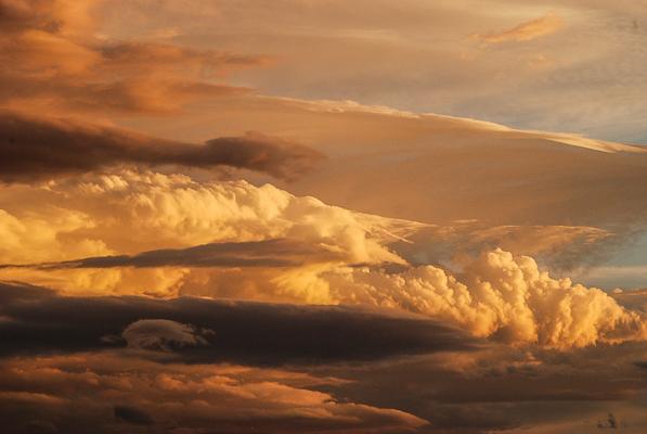 Altocumulus lenticular cloud formation